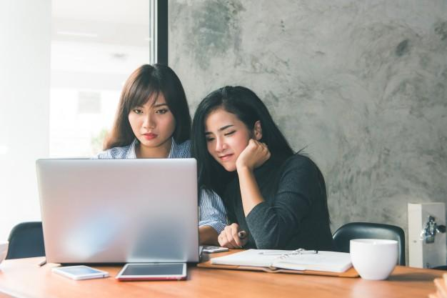 Sumber : https://image.freepik.com/free-photo/one-on-one-meeting-two-young-business-women-sitting-at-table-in-cafe-girl-shows-colleague-information-on-laptop-screen-girl-using-smartphone-blogging-teamwork-business-meeting-freelancers-working_1253-918.jpg
